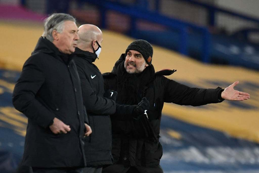 Manchester City's Spanish manager Pep Guardiola (R) has words with an official as Everton's Italian head coach Carlo Ancelotti (L) looks on during the English Premier League football match between Everton and Manchester United at Goodison Park in Liverpool, north west England on February 17, 2021. (Photo by PETER POWELL / POOL / AFP) / RESTRICTED TO EDITORIAL USE. No use with unauthorized audio, video, data, fixture lists, club/league logos or 'live' services. Online in-match use limited to 120 images. An additional 40 images may be used in extra time. No video emulation. Social media in-match use limited to 120 images. An additional 40 images may be used in extra time. No use in betting publications, games or single club/league/player publications. / (Photo by PETER POWELL/POOL/AFP via Getty Images)