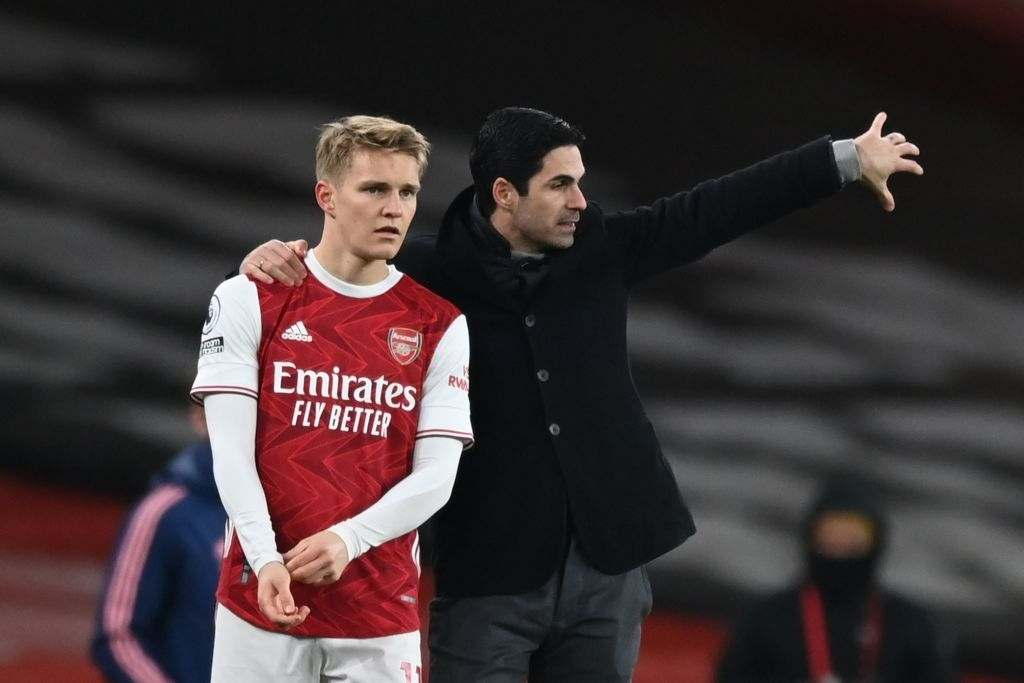 Arsenal's Norwegian midfielder Martin Odegaard (L) gets instructions from Arsenal's Spanish manager Mikel Arteta (R) (Photo by SHAUN BOTTERILL/POOL/AFP via Getty Images)