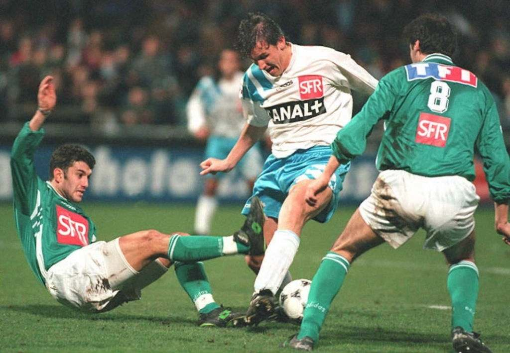 Olympic Marseille's striker Tony Cascarino (C) from Ireland fights for the ball with Saint-Etienne's defenders Jean Philippe Sechet (L)