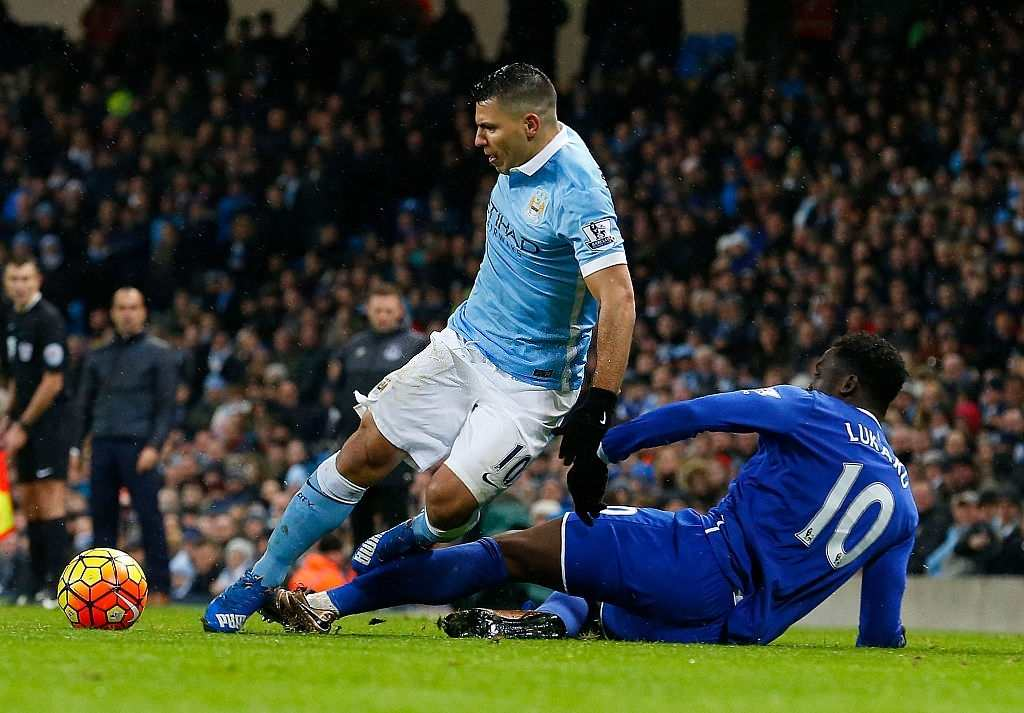 Everton's Romelu Lukaku vies with Manchester City's Sergio Aguero (Photo credit should read LINDSEY PARNABY/AFP via Getty Images)
