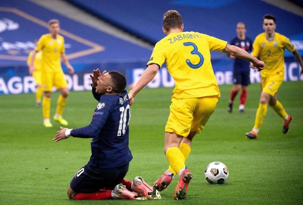 Mbappe (L) is tackled by Ukraine's defender Illia Zabarnyi (Photo by FRANCK FIFE/AFP via Getty Images)