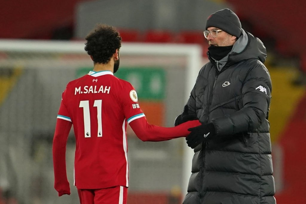 Liverpool's German manager Jurgen Klopp consoles Liverpool's Egyptian midfielder Mohamed Salah (Photo by JON SUPER/POOL/AFP via Getty Images)